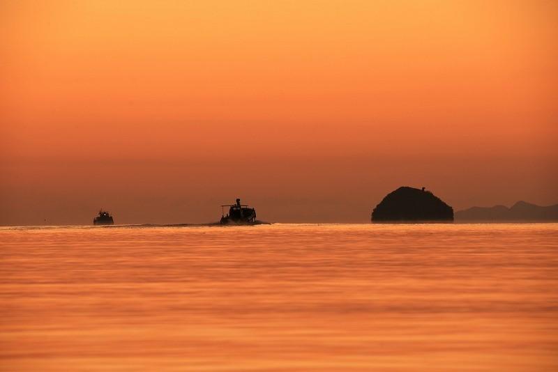 朝焼けの漁船