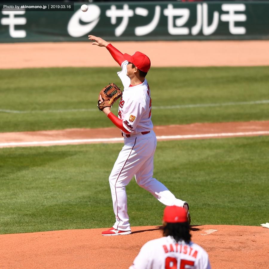 新井貴浩さんによる始球式
