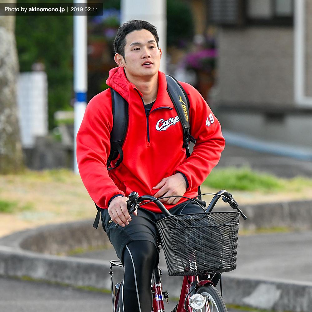自転車に乗って帰宿する正隨優弥選手