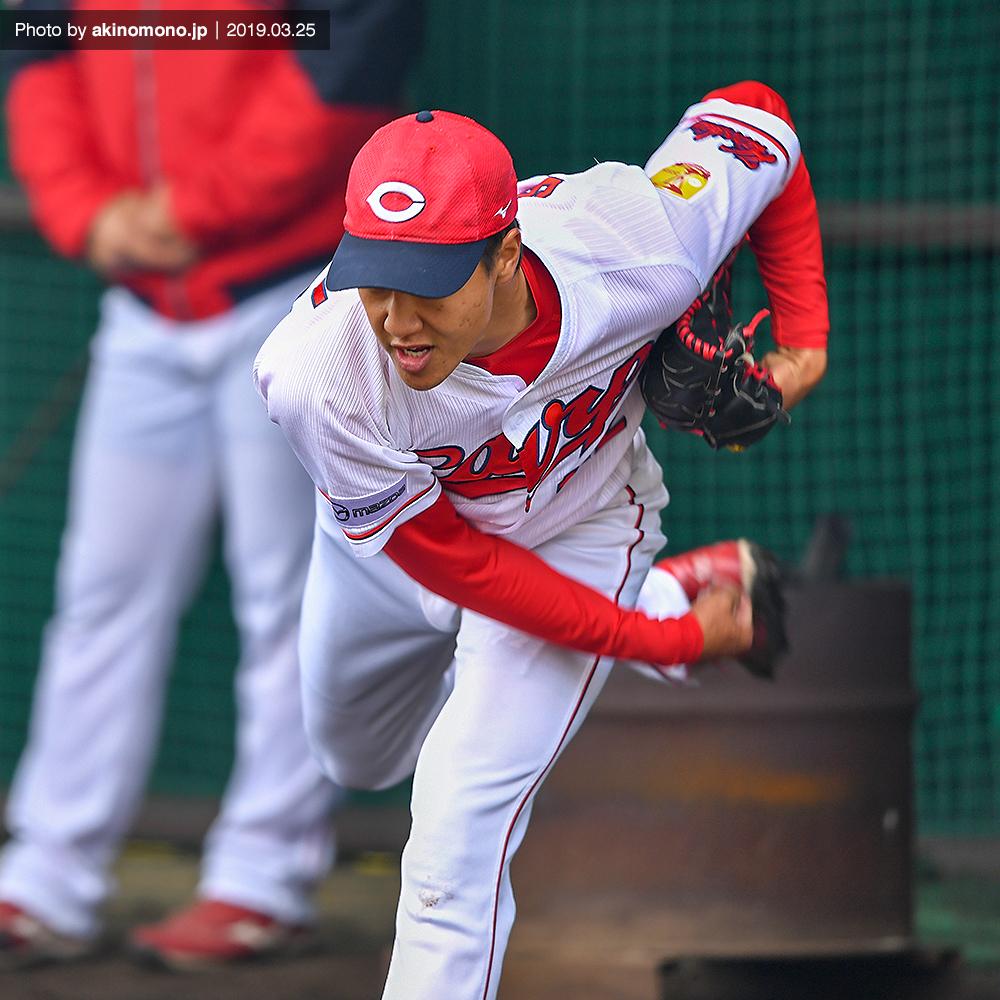 投球練習を行う佐々木健投手