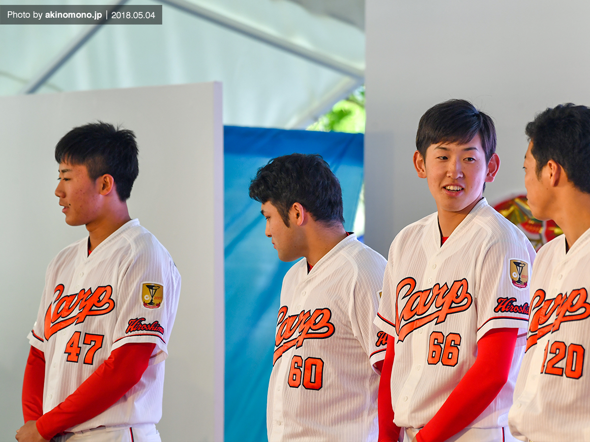 イベントに出演中の遠藤淳志投手