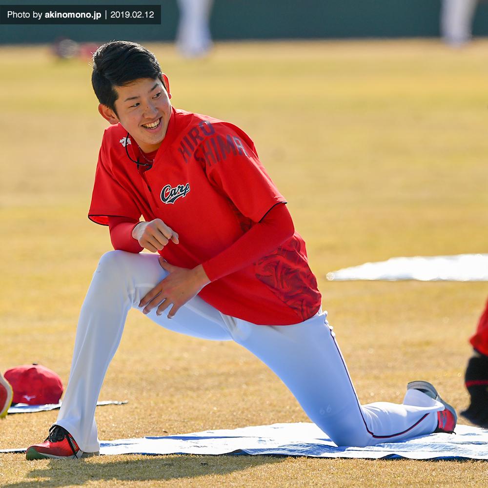ストレッチをする遠藤淳志投手