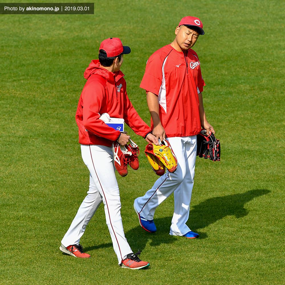 今村猛投手と談笑する遠藤淳志投手