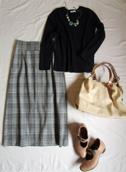 PLST濃いネイビーのセーターにグレーのチェックAラインスカート (1)
