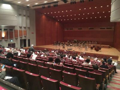 会場は約500席の中ホールです