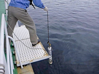 琵琶湖環境科学研究センターの調査船が定期的に実施する酸素濃度や水温計測の様子