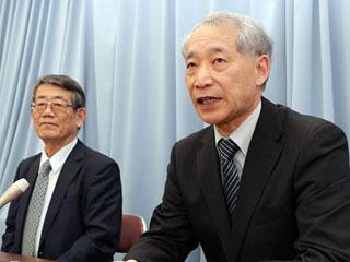 琵琶湖博物館の新館長に就任する高橋啓一氏(右)と退任する篠原徹氏