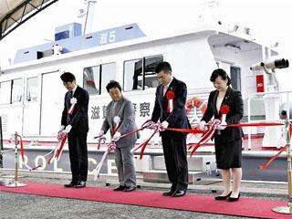 水上警察の新警備艇たかしま竣工式のテープカット