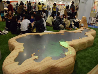 近鉄草津店の木育ひろばに設置された琵琶湖のオブジェ