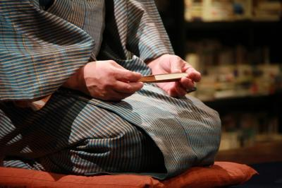 イシス、扇子と膝