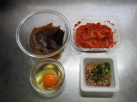 漬け刺身のキムチ納豆丼032