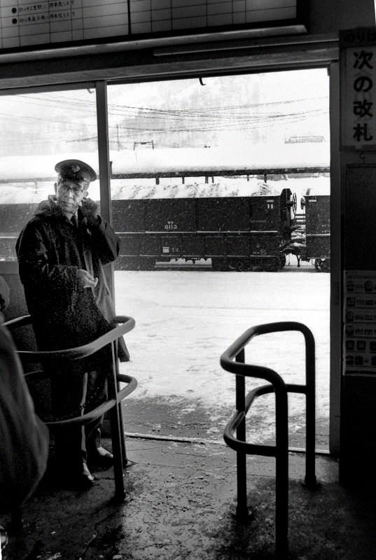 三菱石炭鉱業 清水沢改札口と駅員1 1984年2月 日 16bitAdobeRGB原版 take1b4