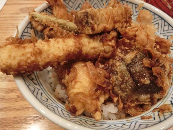 「あづま」(大宮)の天丼、タレはスッキリ、くどくない!