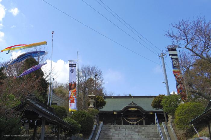 屋根よ~り高い かつおのぼり~♪ 四倉諏訪神社にかつおのぼりが登場! [平成31年4月3日(水)更新]1