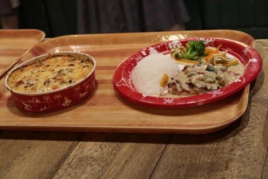 ローストチキン,カレー風味のベジタブルクリームソース,ライス添え チキンとキノコのドリア