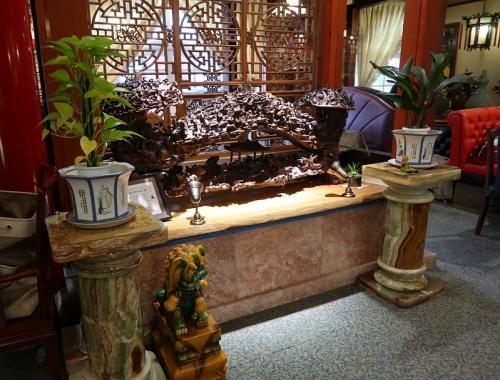 中華料理屋さん 木彫りの人いっぱい
