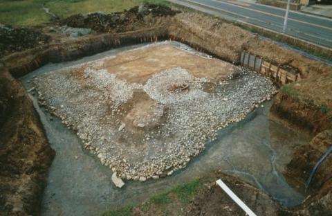 津堂城山古墳内濠に造られた方墳状の祭壇施設
