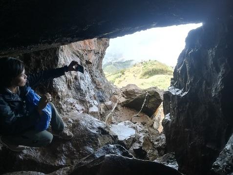 30 岩穴のルートを通過して頂上へ