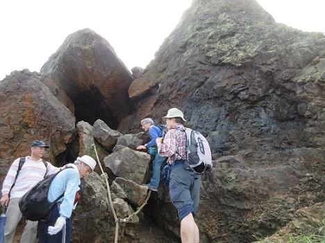 28 岩穴のルートを通過して頂上へ