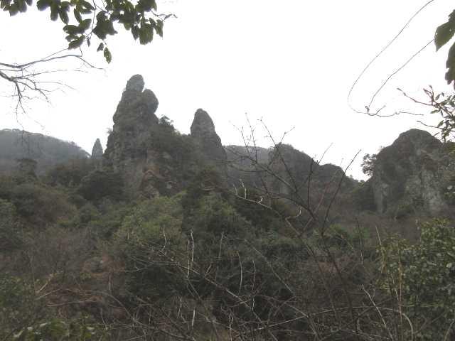 IMG0009JPG見上げる岩峰群