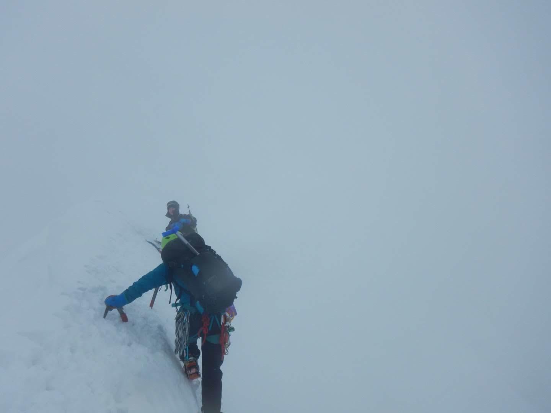 雪庇の横をトラバース