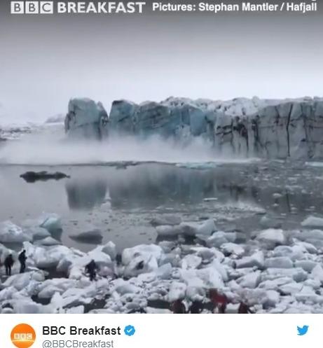 【アイスランド】巨大氷河が目の前で崩壊!津波が発生し、観光客らは必死の避難!