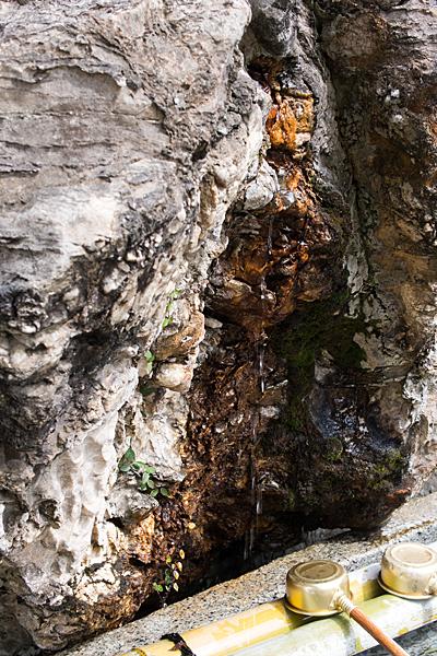 島田神社手水の岩