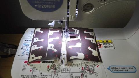シリコン押さえを使ってスイスイ縫います。