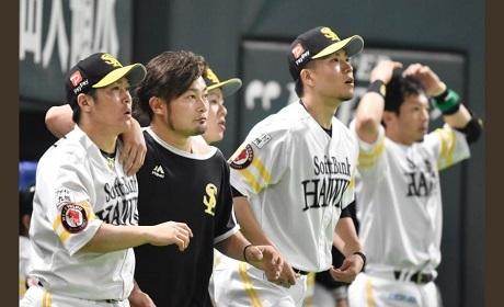 2019033001打球を見つめる千賀投手の画像