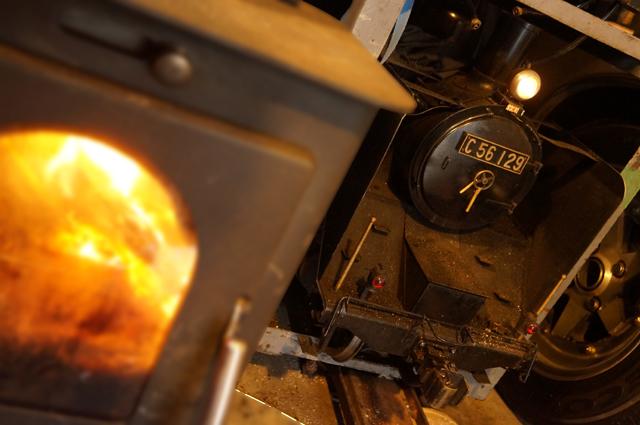 薪ストーブの横で休むC56