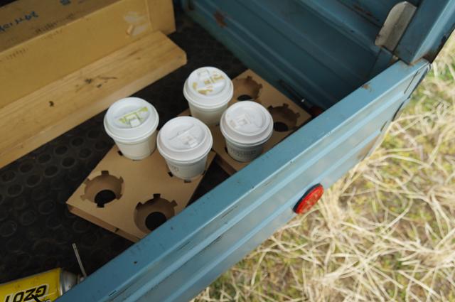 ピアジオ ベスパカーの荷台に飲み物を積んで