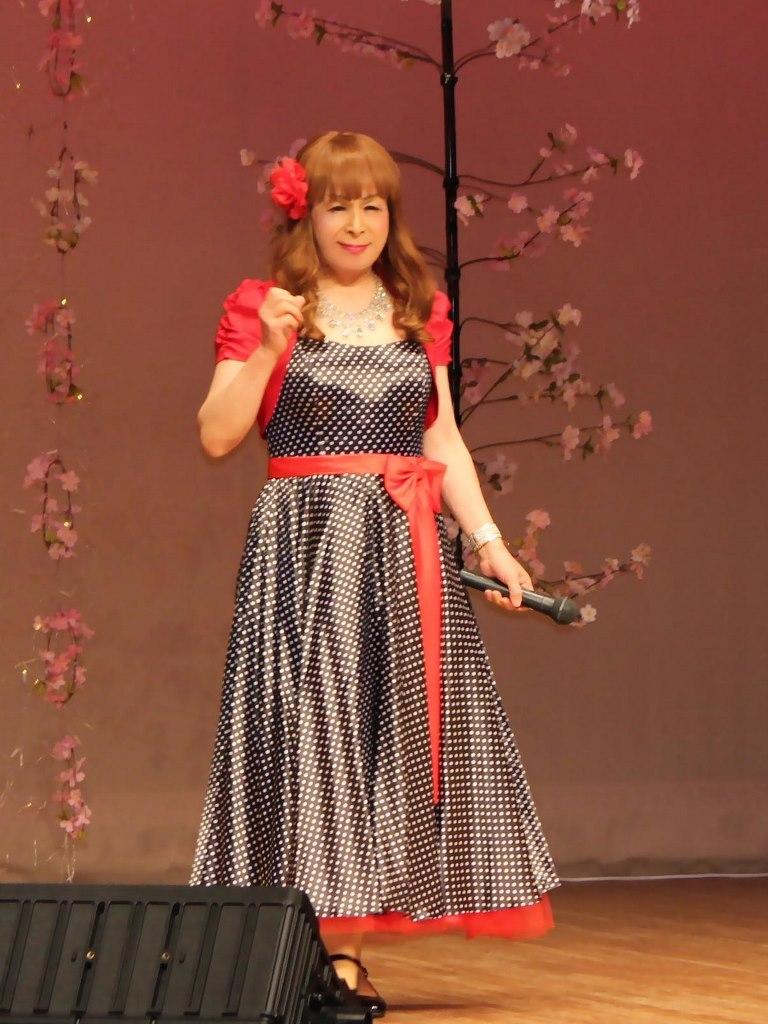 黒ドット模様ドレス舞台(1)