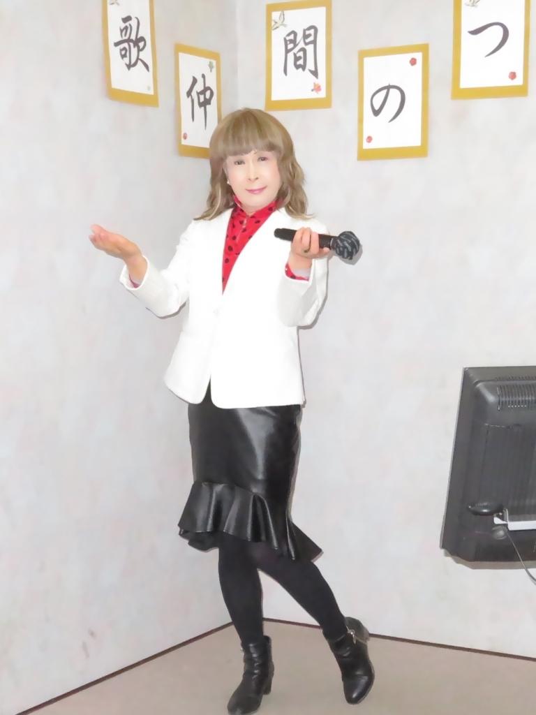 黒ペプラムタイト白ジャケットカラオケ(1)