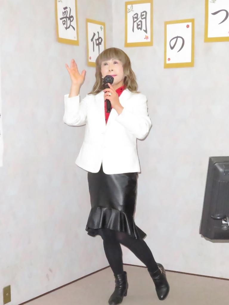 黒ペプラムタイト白ジャケットカラオケ(2)