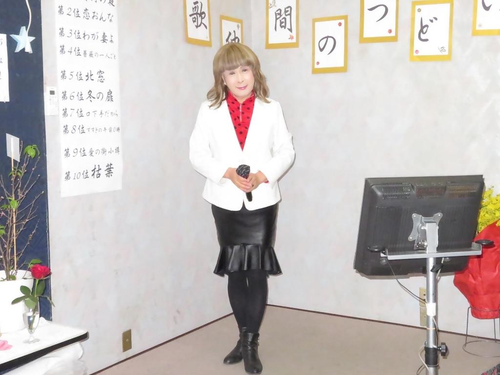 黒ペプラムタイト白ジャケットカラオケ(4)