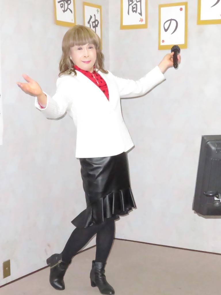黒ペプラムタイト白ジャケットカラオケ(3)
