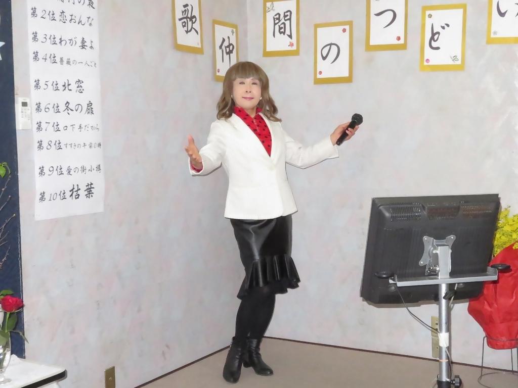 黒ペプラムタイト白ジャケットカラオケ(5)