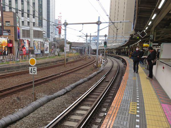 現ホームの中央から新宿寄りでは勾配緩和のため線路の掘り下げが進められており、45km/hの徐行となっている。奥の線路が白くなっているところが線路の降下区間。