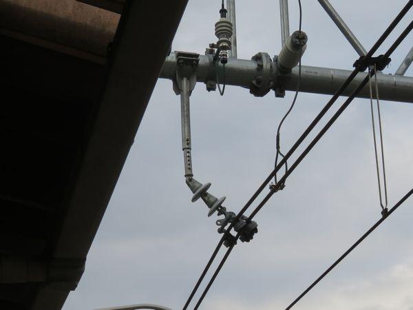 架線の吊り下げ金具はボルトを抜き差しすることで伸縮可能な構造になっている。