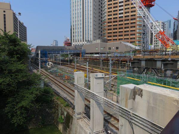 牛込橋から見た建設中の西口新駅舎(2018年7月18日)