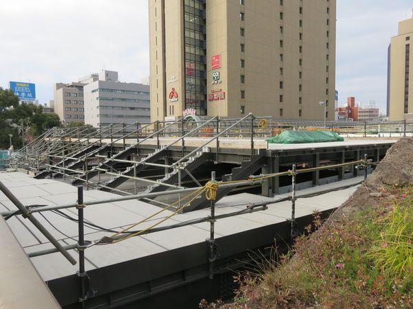 牛込橋から見た建設中の西口新駅舎(2019年2月16日)