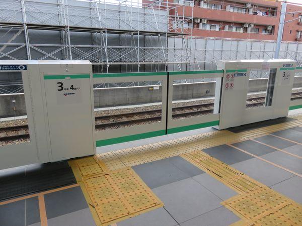 北綾瀬駅新ホームに設置されたホームドア。銀座線などと同様窓が大型化されている。