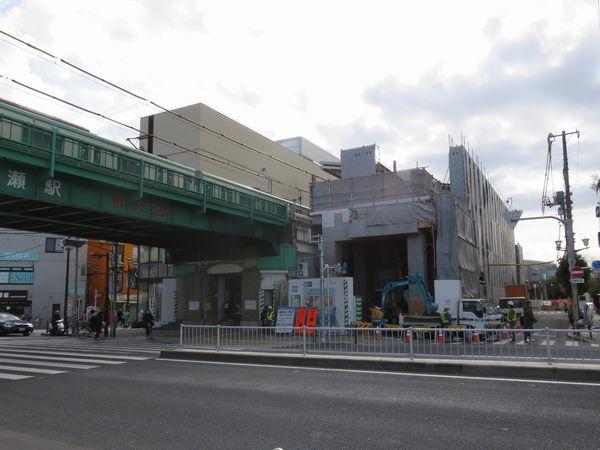 ホーム終端側は駅舎の一部を取り壊して新改札口と歩道橋の支柱が設けられた。