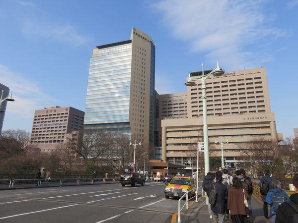 御茶ノ水橋口前にある東京医科歯科大学医学部附属病院と順天堂大学医学部附属医院