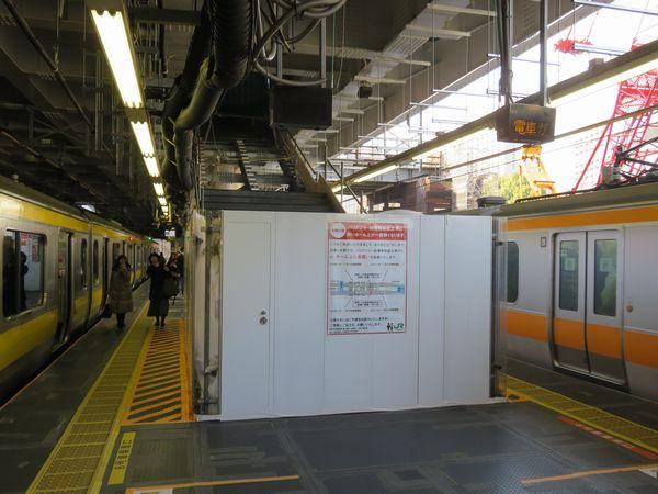 エスカレーターとエレベーターの間で工事中の階段は4月上旬までに使用開始予定。