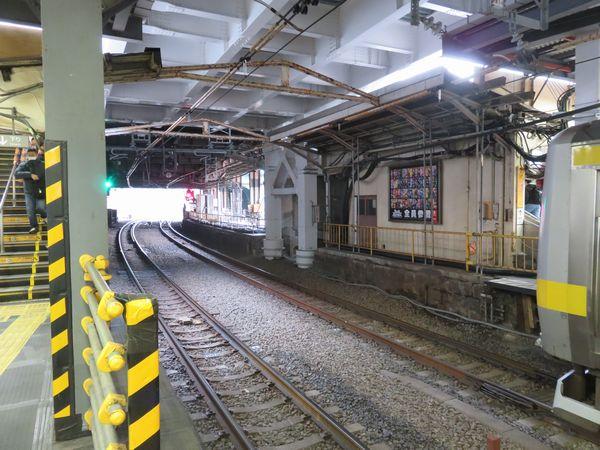 御茶ノ水橋口側階段下は中央快速線グリーン車連結のためのホーム延伸スペースとなる。