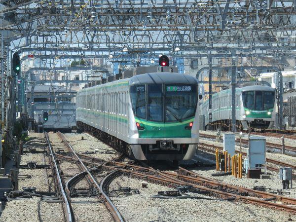 代々木上原駅から小田急線の緩行線に入る16000系