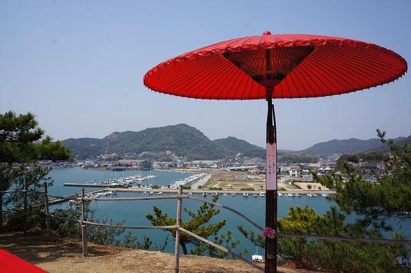 明神鼻のお菊明神の祠脇に立つ野点傘、今年の俳句は、うた作(A^^;)