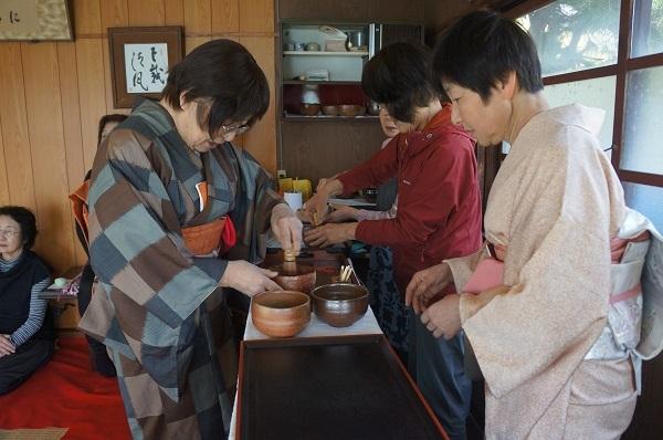 お菓子を出し終わると、大急ぎで水屋のスタッフはお茶を点てます