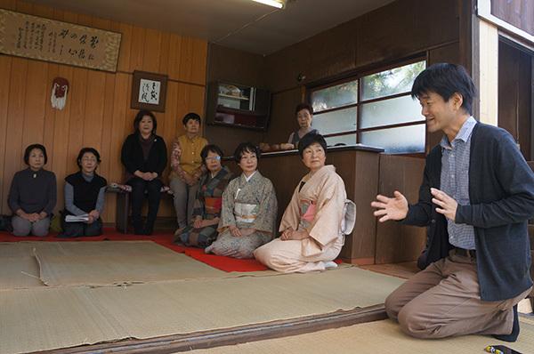 亭主の実行委員長の清水氏が正座で参っている間、郷土史家の森末氏が大槌島に関するレクチャーをして下さいました